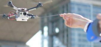Minyatür insansız hava aracı tasmasıyla uçuyor