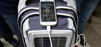 Sırt çantasındaki güneş paneliyle telefon şarjı