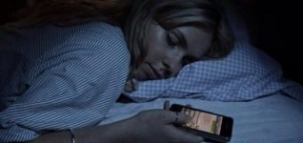 Cep telefonu ışığı gençlerde uyku sorunu yaratabilir