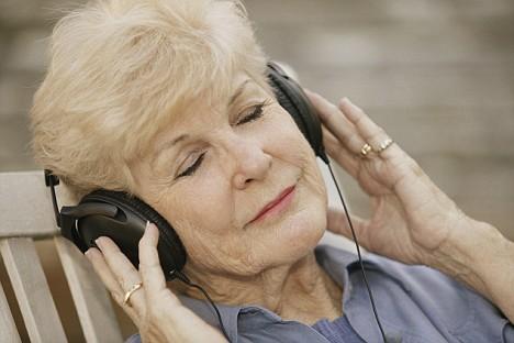 muzik-dinleyen-yasli-insan