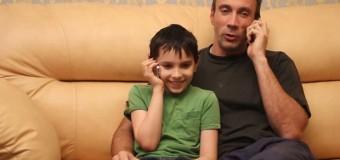 Çocuklarının küçük yaşta telefon kullanmalarına 'babalar' izin veriyor